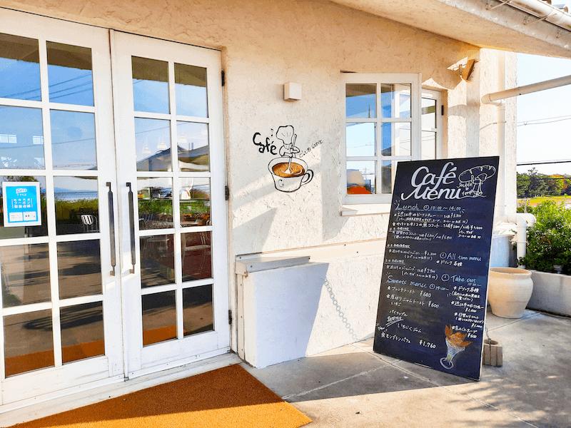 滋賀県-琵琶湖-景色-レイクビュー-カフェ-たねや-クラブハリエ-clubharie-カフェ入り口-メニュー立て看板