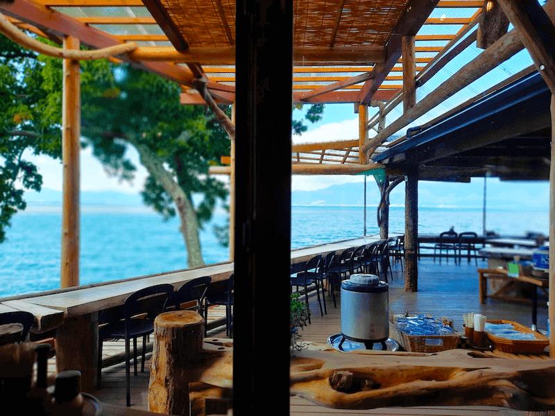 滋賀県-カフェ-琵琶湖-周辺-景色-湖岸-シャーレ水ヶ浜-cafe-chalet-室内席-窓からの景色