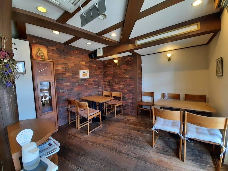 滋賀県-彦根市-カフェ-cafe-珈琲-コーヒーcoffee-cantata-店内-テーブル席-右手
