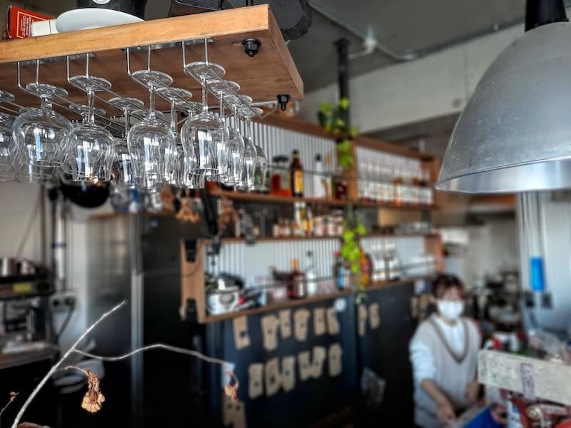 滋賀県-長浜市-小堀町-linkcafe-リンクカフェ-グラス-カウンター席-アルコールボトル