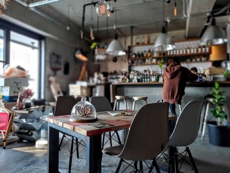 滋賀県-長浜市-小堀町-linkcafe-リンクカフェ-内観-テーブル席-接写