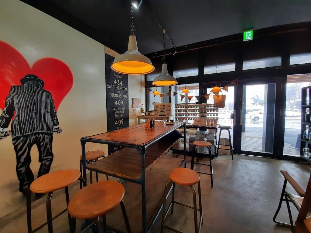 滋賀県-彦根市-古沢町-カフェ-cafe-micro-lady-マイクロレディーコーヒースタンド-珈琲-コーヒーcoffee-店内テーブル席